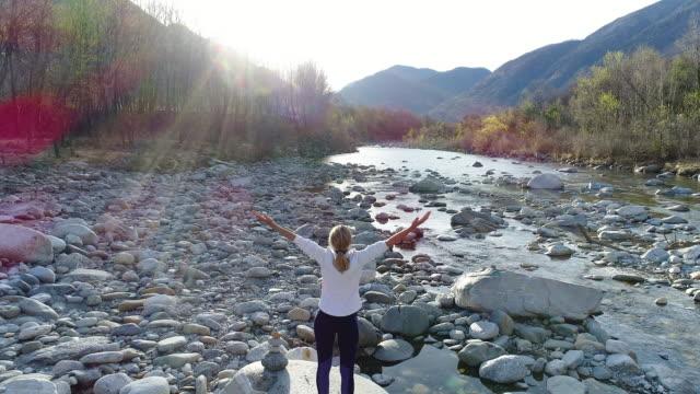 vídeos y material grabado en eventos de stock de brazos de la mujer tendidos junto al río - brazos estirados