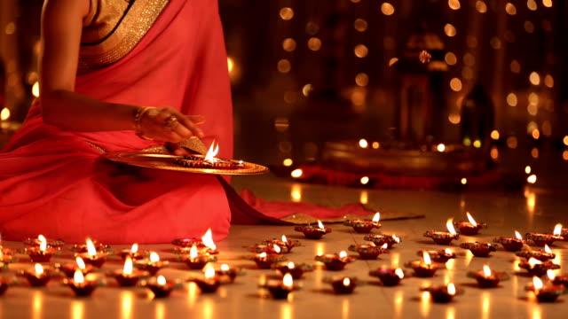 vídeos y material grabado en eventos de stock de ms woman arranging diya on floor during diwali festival - bandeja para servir