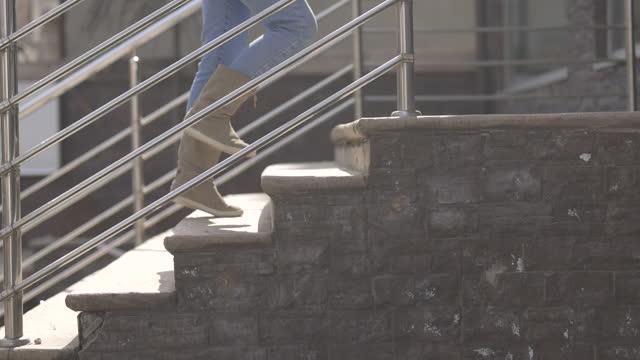 アパートに到着し、階段で上に移動する女性 - 到着点の映像素材/bロール