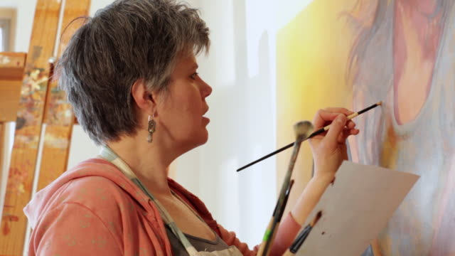 vídeos y material grabado en eventos de stock de cu tu woman artist painting portrait / lamy, new mexico, united states - mujeres maduras