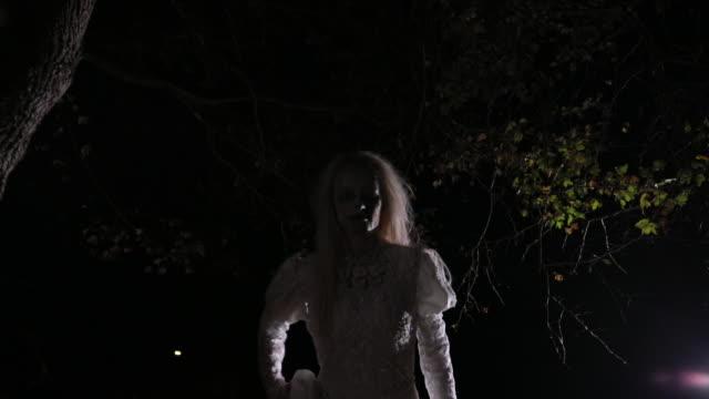 ハロウィーンの魔女としての女性 - 魔術師点の映像素材/bロール