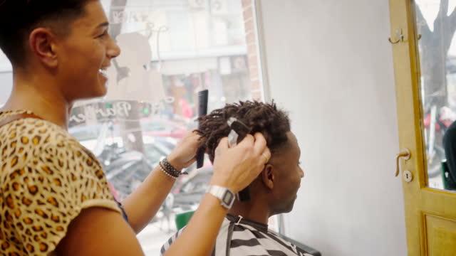 vídeos y material grabado en eventos de stock de mujer como propietaria de la peluquería - salón de belleza