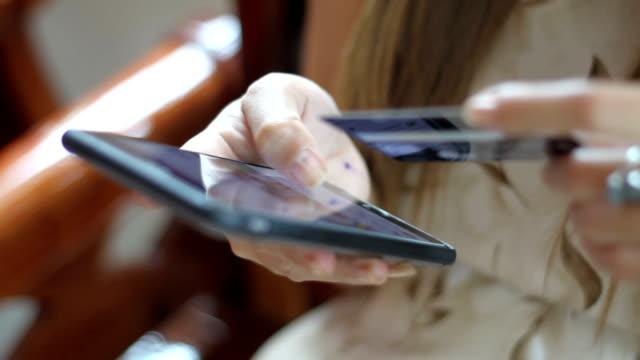 kvinna asiatiska använda telefon och kredit kort shopping online - äpple bildbanksvideor och videomaterial från bakom kulisserna