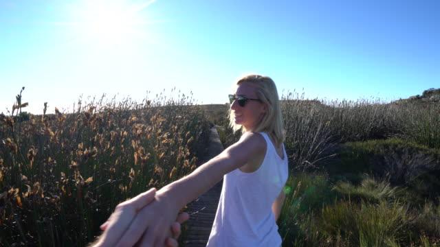Frau Fragen Partner um ihre Hand zu halten
