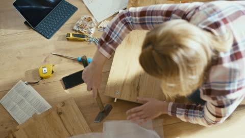 vídeos y material grabado en eventos de stock de slo mo mujer montando los muebles en casa - estante muebles