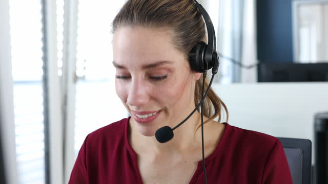 vídeos y material grabado en eventos de stock de mujer ayudando al cliente en la oficina del centro de llamadas - técnico telefónico
