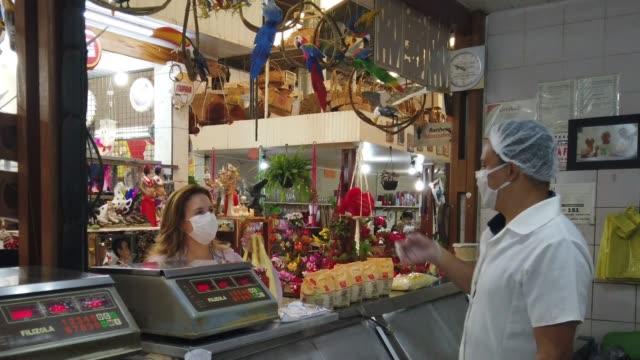 vídeos y material grabado en eventos de stock de mujer en una carnicería. el carnicero la está atendiendo. - mostrador de tienda para pagar