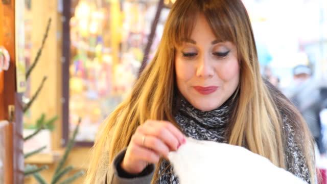 woman at a christmas market - zucker stock-videos und b-roll-filmmaterial