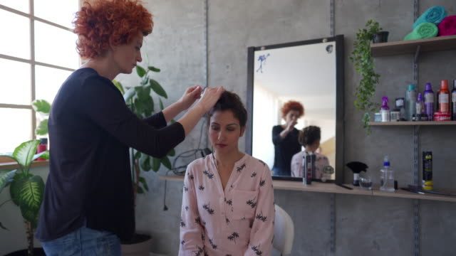 frau in einem friseursalon - braided hair stock-videos und b-roll-filmmaterial