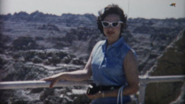 stockvideo's en b-roll-footage met woman at badlands 1950's - archief