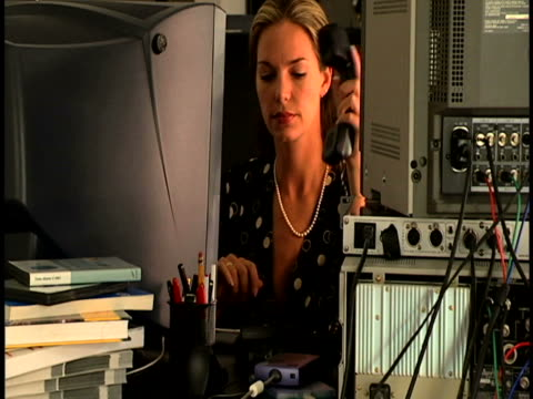 woman at computer desk - hot desking stock videos & royalty-free footage