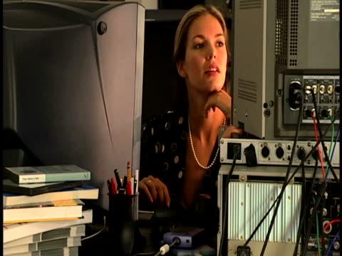 woman at computer desk - l'uomo e la macchina video stock e b–roll