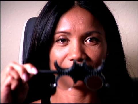 vidéos et rushes de woman at eye doctor - une seule femme d'âge moyen