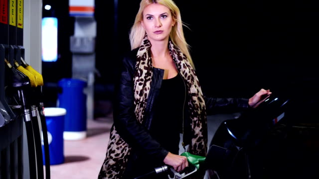 donna alla stazione di rifornimento - fare il pieno di benzina video stock e b–roll