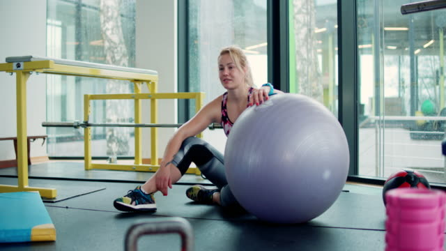 woman at gym - pallone per fitness video stock e b–roll
