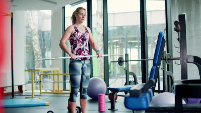 frau im gym - genderblend stock-videos und b-roll-filmmaterial
