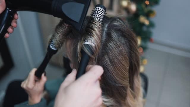 woman at hair salon - highlights hair stock videos & royalty-free footage