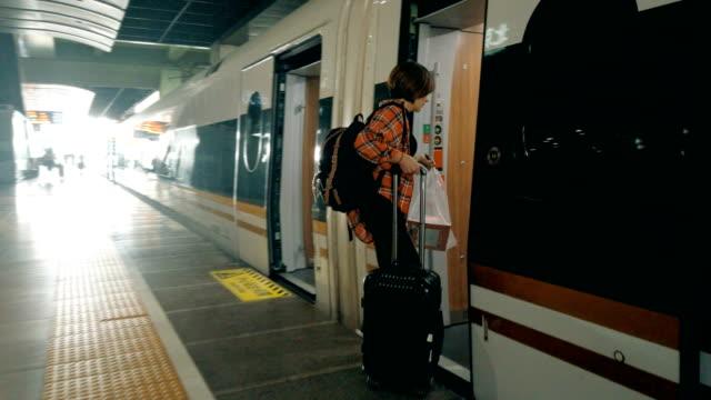 高速鉄道駅、北京、中国の女性。 - 高速列車点の映像素材/bロール