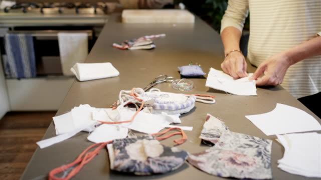 自宅での女性の切断縫製パターン - パタンナー点の映像素材/bロール