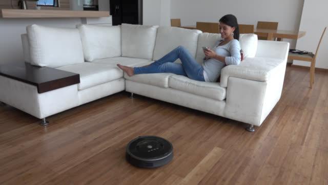 Vrouw thuis met behulp van slimme huis technologieën