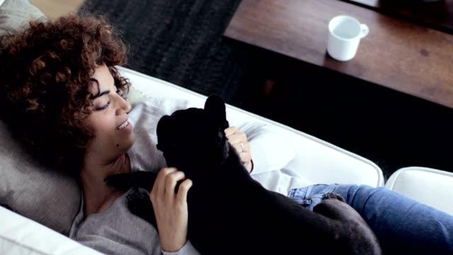 vídeos de stock e filmes b-roll de woman at home withe her dog - pequeno