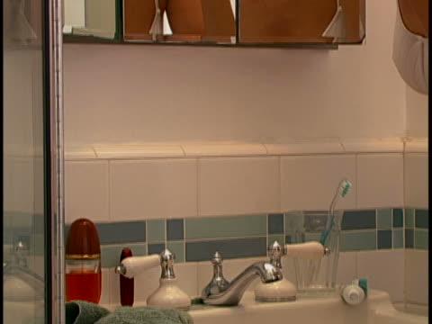 vidéos et rushes de woman at mirror - pinceau à blush