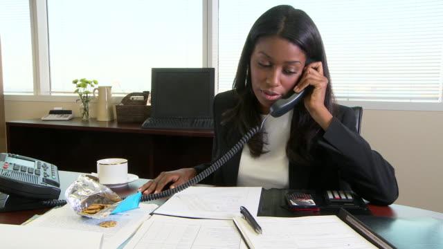 woman at office - weibliche angestellte stock-videos und b-roll-filmmaterial