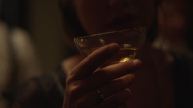 vidéos et rushes de woman at party drinking champagne - champagne