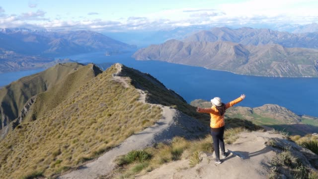 vídeos de stock e filmes b-roll de woman at  roy peak,new zealand - outdoor pursuit