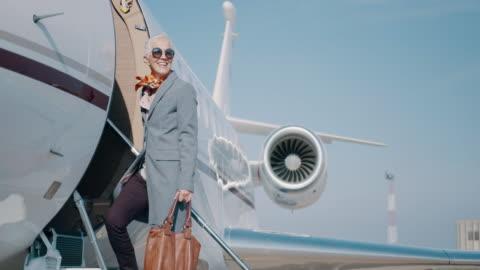 stockvideo's en b-roll-footage met vrouw op de luchthaven - overvloed