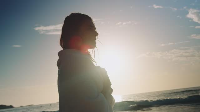 vidéos et rushes de femme à la plage - jeunes femmes