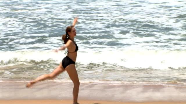 woman at the beach - nur junge frauen stock-videos und b-roll-filmmaterial