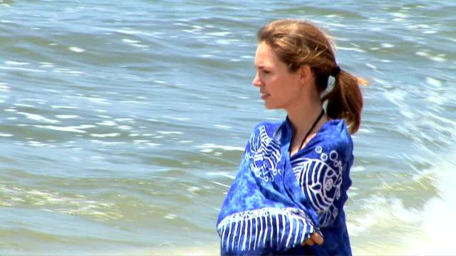 vidéos et rushes de woman at the beach - seulement des jeunes femmes