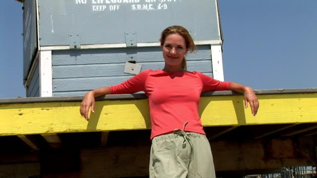woman at the beach - cabina del guardaspiaggia video stock e b–roll
