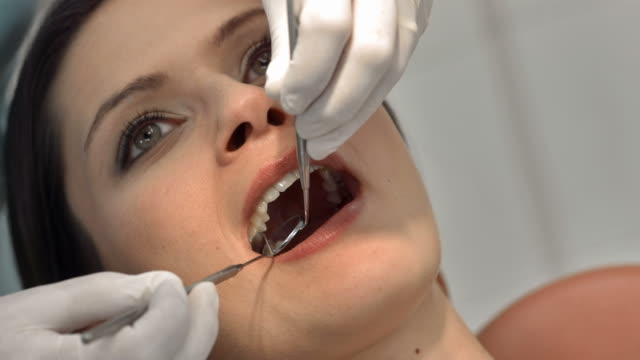 HD: Frau im Zahnarzt