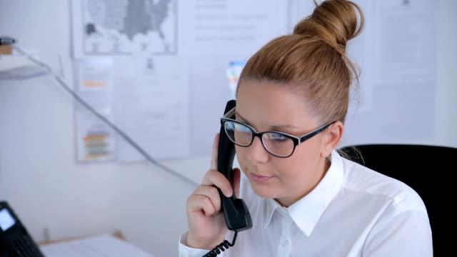 vídeos de stock, filmes e b-roll de mulher no trabalho falando ao telefone - secretária