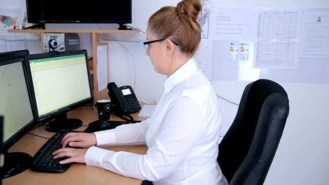 vídeos de stock, filmes e b-roll de perfil esquerdo de pan de mulher no trabalho digitando no teclado - secretária
