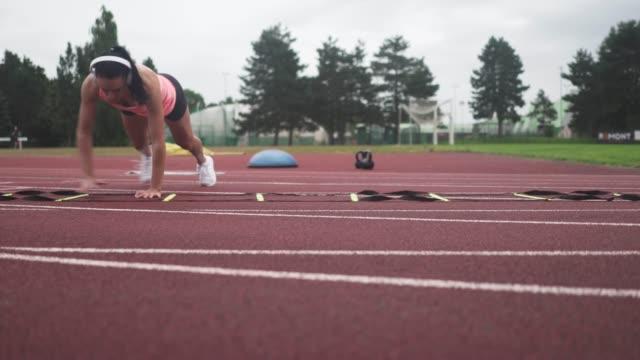 vídeos de stock e filmes b-roll de woman athlete - caucasian ethnicity