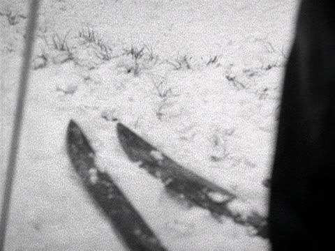 vídeos de stock e filmes b-roll de a woman attempts to ski down a hill at hampstead heath but falls over 1955 - bastão de esqui
