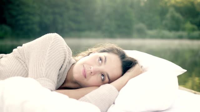vídeos de stock e filmes b-roll de mulher no despertar lago - almofada roupa de cama