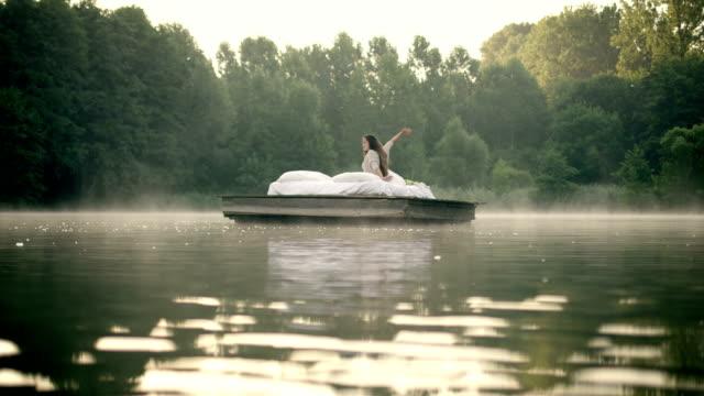 woman お目覚めには湖の - 溜水点の映像素材/bロール