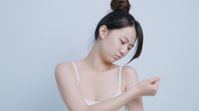 vídeos de stock e filmes b-roll de woman back view, isolated on white background - articulação humana