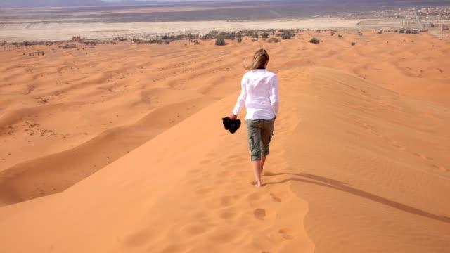 vídeos de stock e filmes b-roll de woman barefoot through the desert - pegada