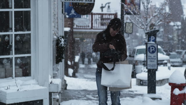 woman being purse snatched - ユタ州 パークシティ点の映像素材/bロール