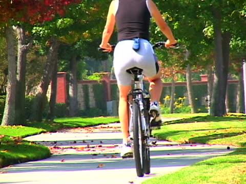 woman biking - nur frauen über 40 stock-videos und b-roll-filmmaterial