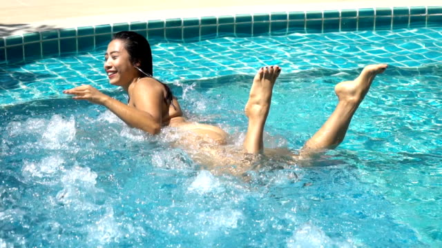 frau bikini im schwimmbad, frau entspannen am pool - natürliches thermalbecken stock-videos und b-roll-filmmaterial