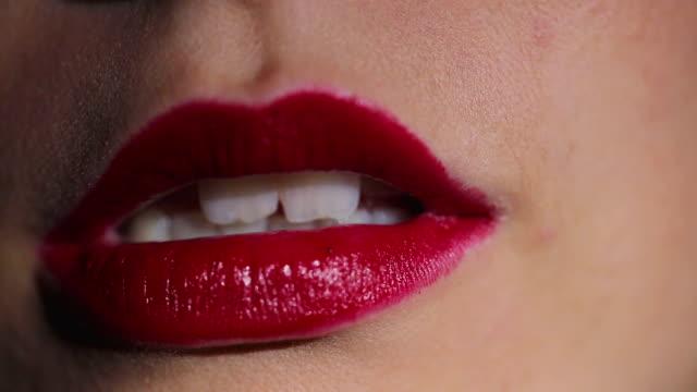 vidéos et rushes de femme mord sa lèvre - se mordre les lèvres