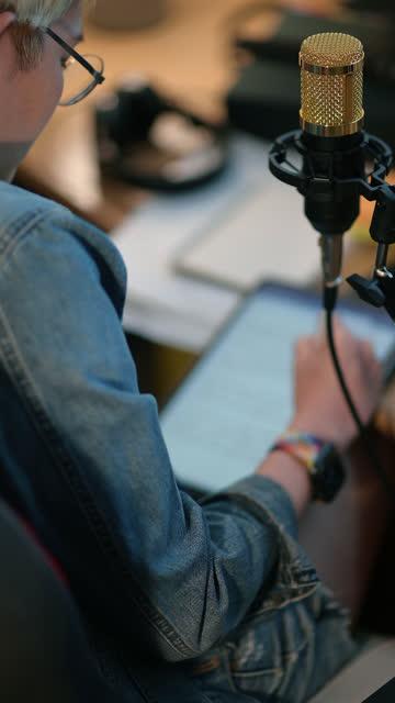 bloggerin live-streaming im heimstudio - content stock-videos und b-roll-filmmaterial