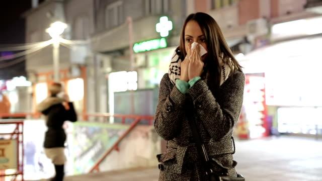 vidéos et rushes de femme se moucher - seulement des jeunes femmes