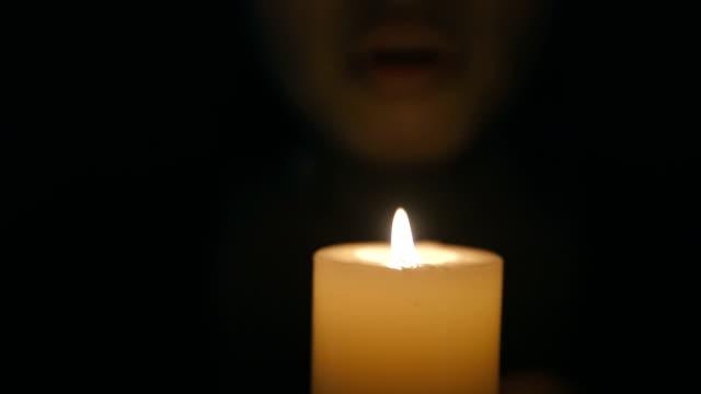 vídeos de stock, filmes e b-roll de mulher, soprando para fora a vela - vela equipamento de iluminação